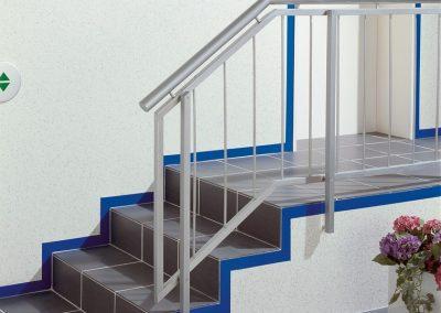 Treppenhaus, Gelaender, Stufen, blauer Rand